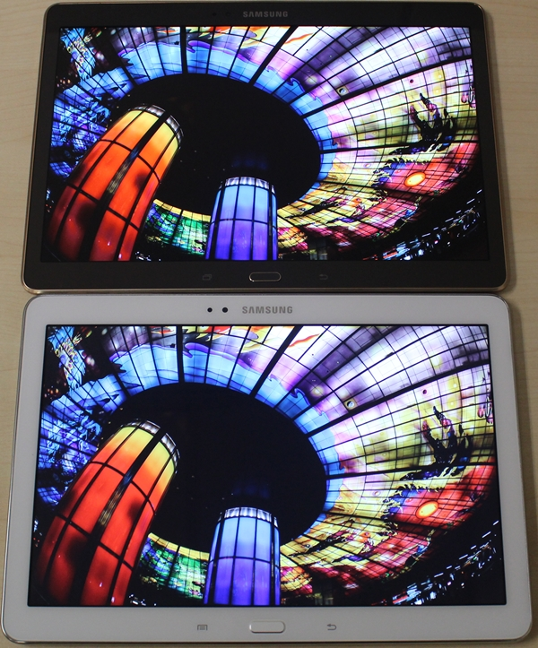 Looking at the bottom left corner of the photo, it is evident that the Samsung Galaxy Tab S (10.5) has more vibrant colors than the Galaxy Note 10.1 2014 Edition (bottom device).