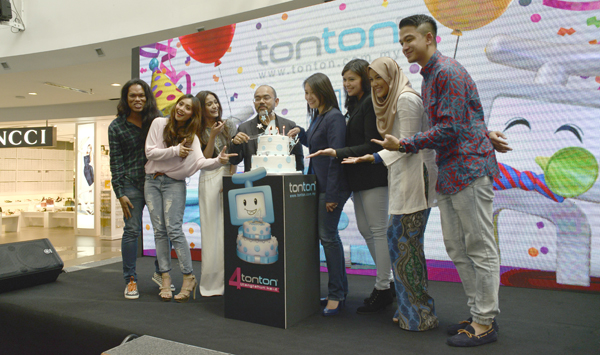 The cast, along with Dato' Zainal Ariffin (fourth from left), Head of New Media, Media Prima Sdn Bhd, and Lam Swee Kim, Group General Manager, Media Prima Digital (fourth from right), celebrating Tonton's fourth anniversary.