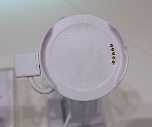 This is LG's proprietary charging cradle for the G Watch R.