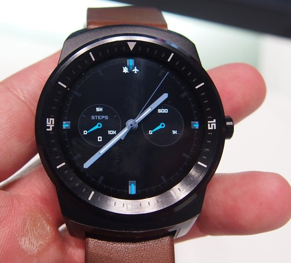 This is one of our favorite clockfaces we've seen on the LG G Watch R.