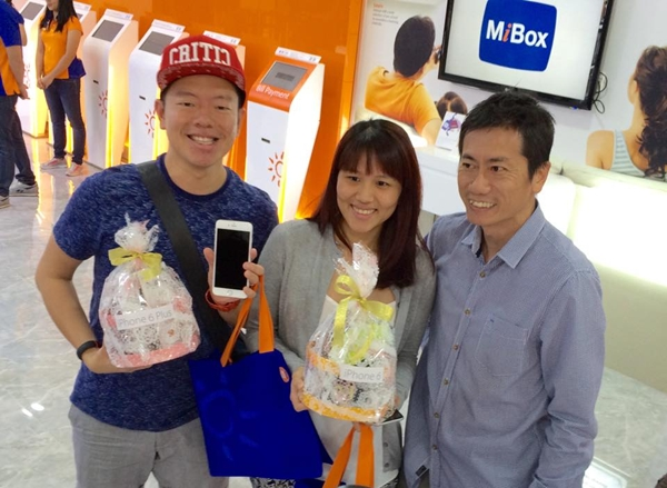 The first person (Daniel) in the queue received a hamper from Joseph Lok (extreme right), GM of M1 shop. He picked the iPhone 6 Plus (Silver) 64GB while his wife selected the iPhone 6 (Space Grey) 64GB.