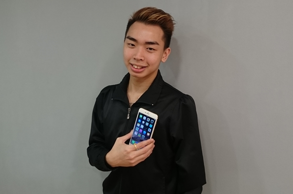 Mr. Ho Yong Qing, 20, is the first customer at Nubox, Raffles City, He bought an iPhone 6 Plus  64GB (gold).