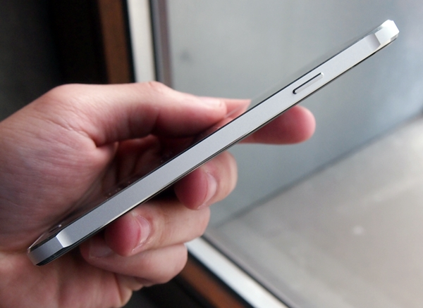 The metal sides of the Samsung Galaxy Alpha have slightly flared corners at the top and bottom to improve handling.