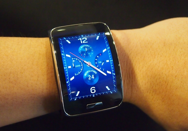 Besides sporting a larger display, the Samsung Gear S also has a slightly  different way 5bdeefa6d6f