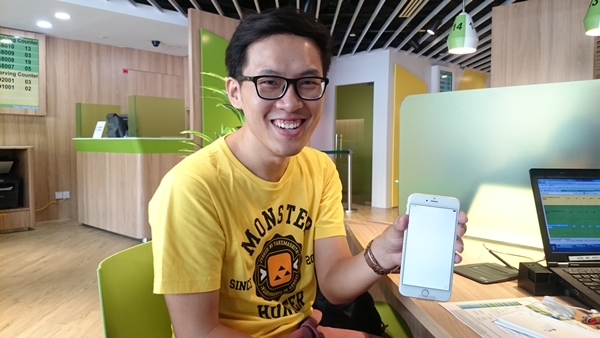 Mr. Foo Chuan Wei is the first customer in line at the StarHub outlet in Plaza Singapura. He got for himself an iPhone 6 Plus 64GB (silver).