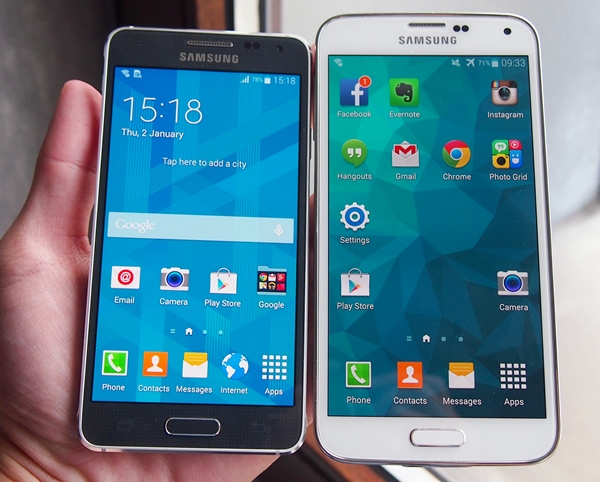 The Samsung Galaxy Alpha (left) sports a smaller, 4.7-inch 720p display compared to the 5.1-inch, 1080p display of the Galaxy S5 (right).