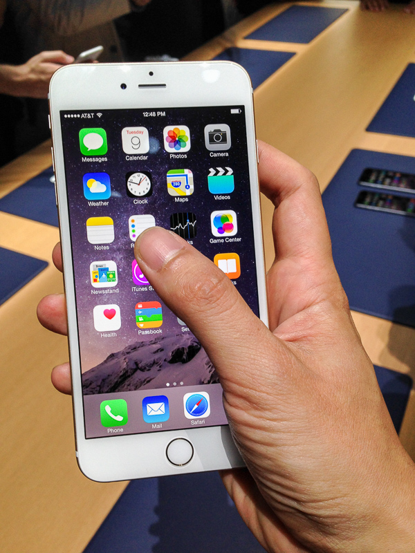 I stretched to the max with my thumb and still couldn't reach the leftmost app on the iPhone 6 Plus.