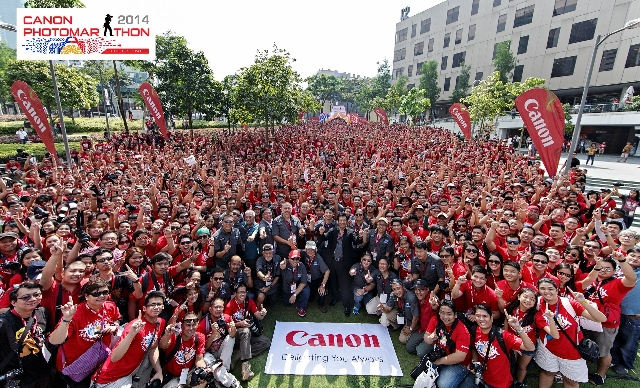 Canon's President and CEO, Lim Kok Hin, Canon Executives, Canon Crusaders of Light and participants of Canon PhotoMarathon all pose together for a group hug.