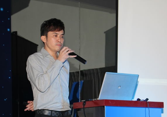 Alex Yee, Head of ZTE Malaysia's Terminal Division, presenting the ZTE STAR 1's features.