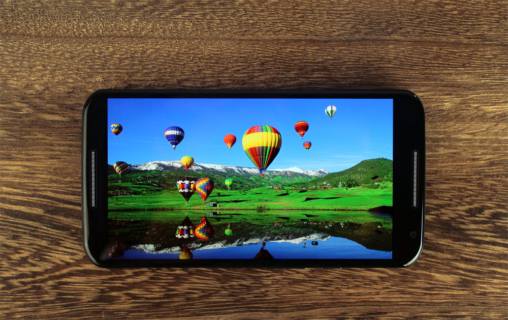 The 5.2-inch Full HD AMOLED display is stunning, with deep contrast, and rich colors.