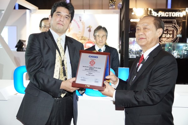 "Hiroyuki Sezai, Managing Director, Casio Malaysia Sdn Bhd, presenting a plaque to Tan Sri Dato' Robert Tan, Chairman of Marco Holdings Berhads, otherwise known as the ""Casio King""."