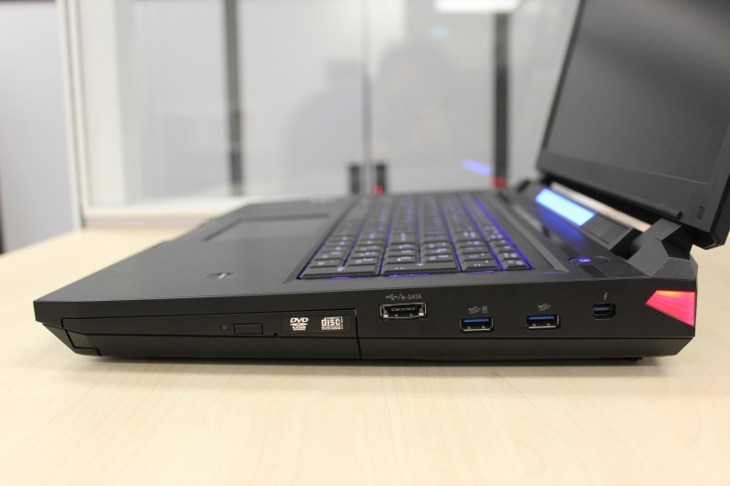 The right side plays host to the optical drive, the Thunderbolt port, as well as USB 3.0 ports and the hybrid eSATA/ USB 2.0 port.