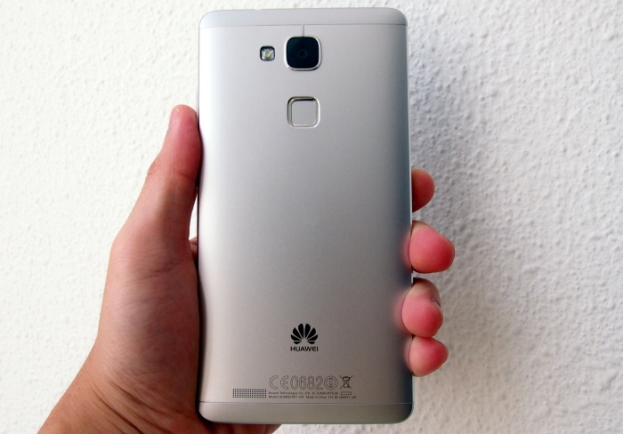 Huawei got it right with the metallic chassis of the Mate 7. It is certainly ready to take on the likes of the ASUS PadFone and HTC One series.