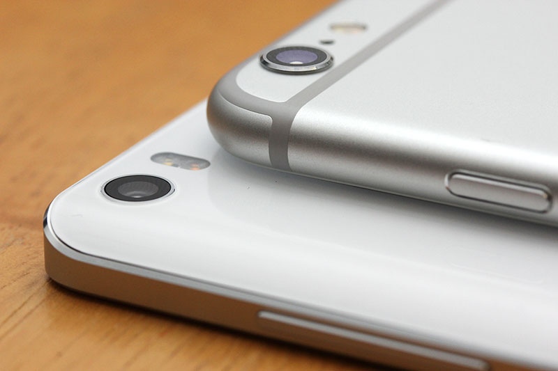 As Xiaomi CEO Lei Jun was eager to point out, one of the Mi Note's crowning achievements is its camera module, which sits flush to the phone, unlike the 6 Plus' protruding camera bump.