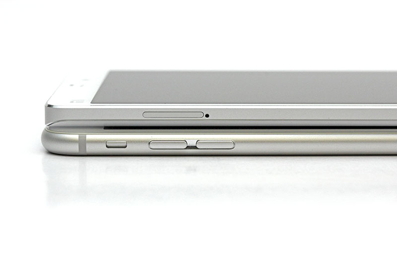 The location of the volume controls are switched on the Mi Note and 6 Plus. On the left side of the Mi Note, you'll only find the Micro and Nano dual-SIM card slot.