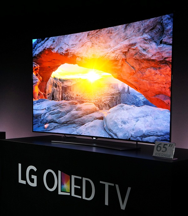 Here's the 65-inch LG EG9600 curved 4K OLED TV in action and it goes without saying that it was a sight to behold.