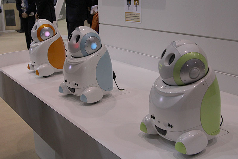 Yes, the NEC PaPeRo 'partner-type-personal-robot' isn't new, but it's kawaii nonetheless. This not-for-sale robot, which can speak, recognize faces, and respond to touch, is basically developed to help the Japanese company conduct research regarding the relationship between human and robots. See it in action in the video below!