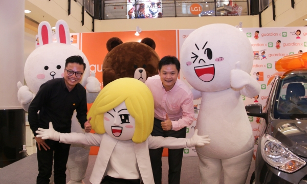 From L-R: Wind Koh, Team Leader, LINE Malaysia, and Tey Hong Leng, E-Commerce Manager, Guardian Health and Beauty Sdn Bhd, with the LINE mascots.