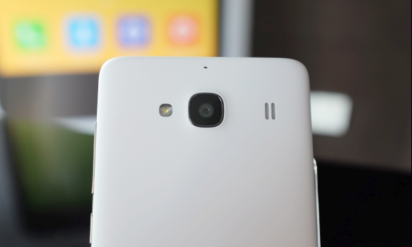 The rear camera is equipped with an 8MP back-illuminated f/2.2 lens.