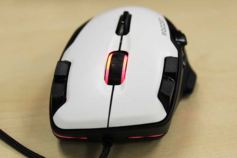 Four buttons - two on each side - are mounted next to the left and right mouse buttons.