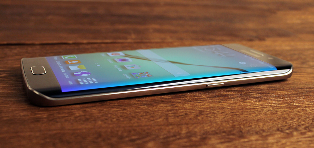 Due to the way the screen rolls over the side, the actual frame on the S6 Edge is very thin here, which makes it sharper and not quite as comfortable as the regular S6.