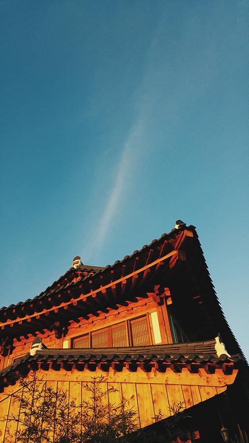 Hanok, sunset, 28mm at f/1.8, 1/200 sec, ISO 50.