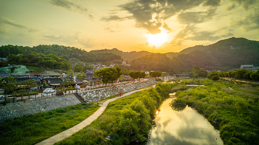 Sunrise in Jeonju, 28mm at f/1.8, 1/2600 sec, ISO 50.