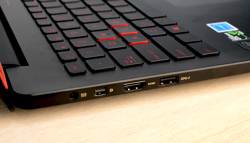 On the left, users can find the DC-in jack, Mini-DisplayPort, HDMI port and a single USB 3.0 port.
