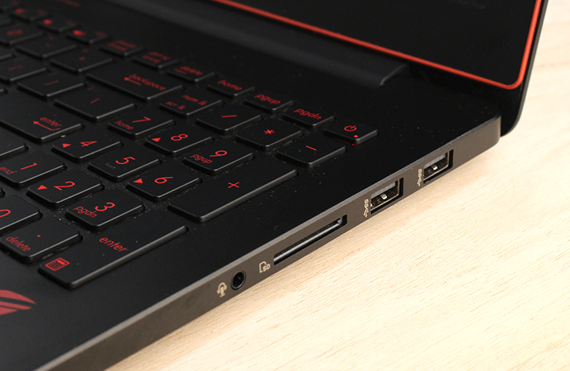 On the right side of the ROG G501 are another two USB 3.0 ports, an SD card reader slot, and the 3.5mm audio combo jack.