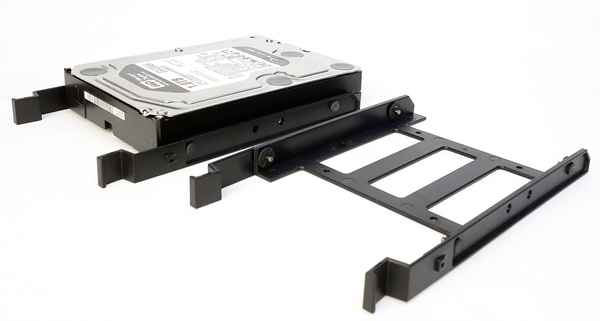 The plastic drive adapter of the drive cage allows for the tool-free installation of a 3.5-inch HDD as it has four rubber-padded, non-threaded screws that fit into the corresponding screw holes of the HDD. The rubber pads provide both grip and dampening effect.
