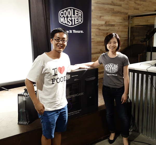 Joan Wu, general manager of Cooler Master's APAC branch, presented the first prize lucky draw winner with a bountiful loot.