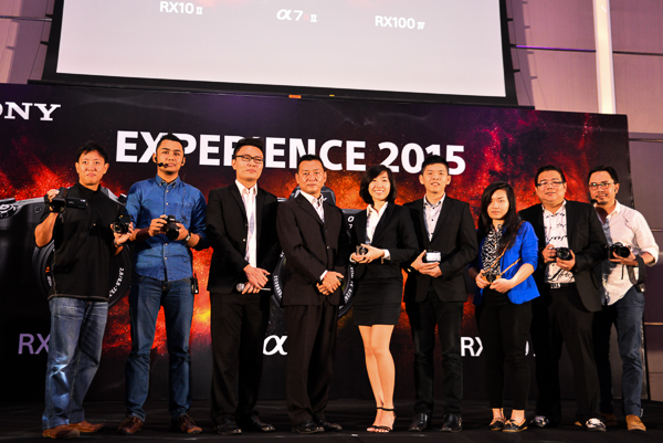 Hatano Satoshi (fourth from left), Managing Director, Sony Malaysia, along with the digital imaging team from Sony Malaysia, and several Sony Alpha Professional Photographers members.