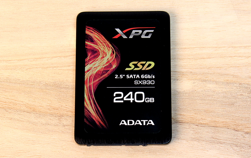 The ADATA XPG SX930 comes in a black brushed metal chassis and its design makes no attempt to hide its intended target audience.