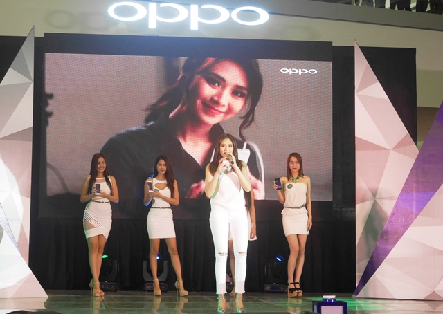 Sparkling on stage is OPPO's newest endorser, Sarah Geronimo.