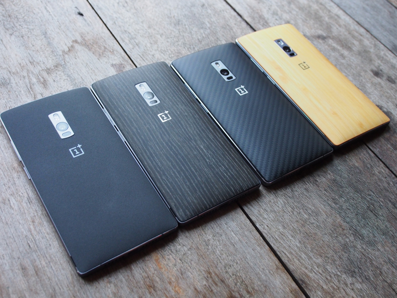 OnePlus 2's StyleSwap covers. Sandstone Black (left), Black Apricot, Kevlar, Bamboo. Rosewood is not pictured.