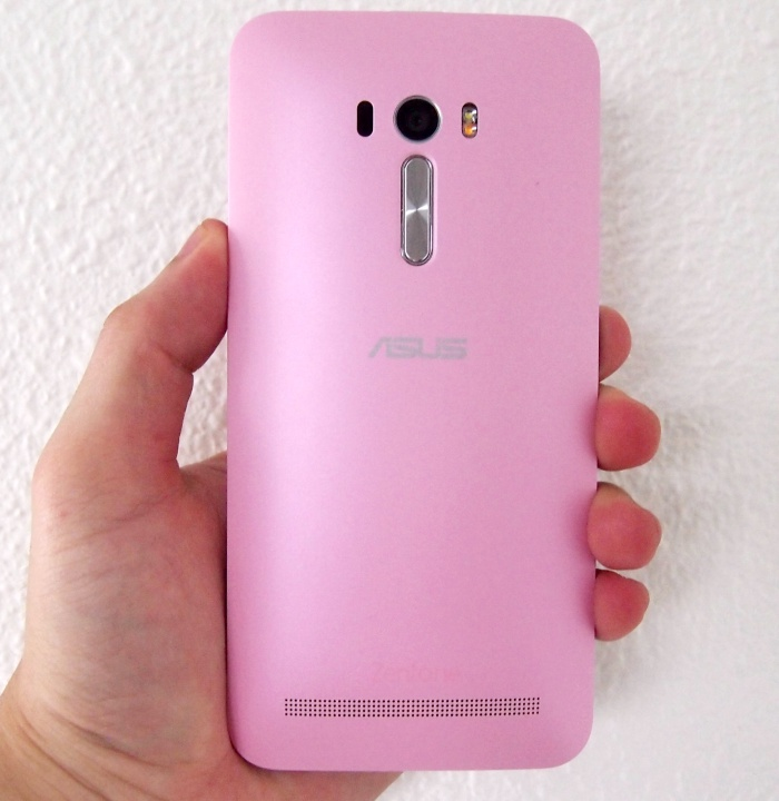 ASUS uses the design language of the ZenFone 2 series on the ZenFone Selfie.