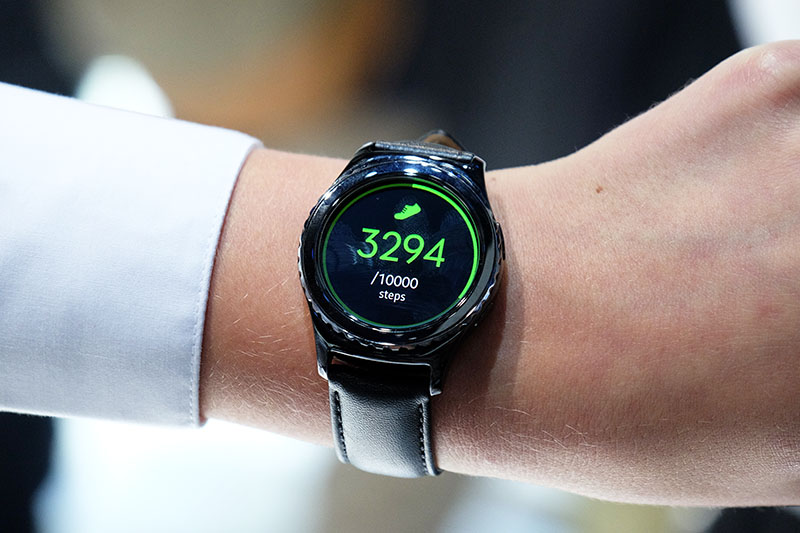The Gear S2 Classic looks more like a traditional timepiece, with 20mm lugs and a knurled bezel.