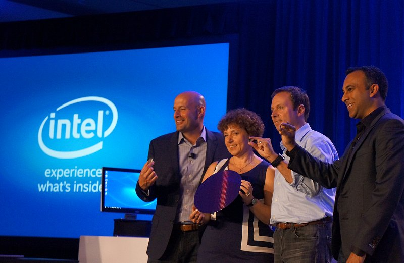 Intel's senior fellows proudly posing with the various Skylake CPU packages and the silicon wafer used.