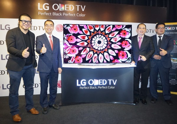 "(From L-R): Zung, ""Ninja Photographer""; David Oh, Managing Director, LG Malaysia; Kong Mun Keen, General Manager Marketing, LG Malaysia; and Cho Chang Hee, Home Entertainment, Product Manager, LG Malaysia, standing next to the 65EC970T, the world's first curved 4K OLED TV."