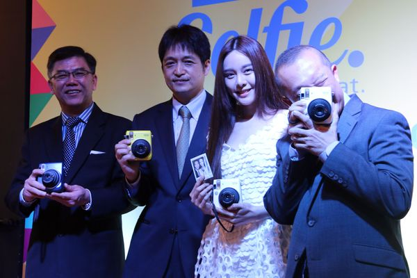 (From left to right) Johnny Khoo, General Manager Sales and Marketing, FUJIFILM (M) Sdn Bhd; Yoshitaka Nakamura, Managing Director, FUJIFILM (M) Sdn Bhd; brand ambassador Cathryn Lee; and Hon Soon Teng, Head of Sales (Imaging Solutions), FUJIFILM (M) Sdn Bhd.