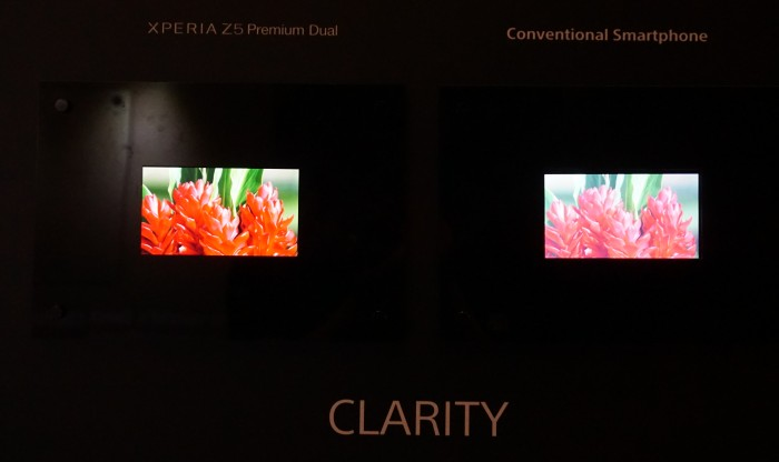 Here's an image taken without a flash. Notice how washed out the screen on the conventional smartphone (right) is, in comparison to the Xperia Z5 Premium Dual's 4K display (left).