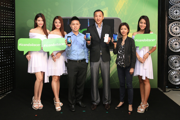 Jeffrey Lai, Product Manager, Acer Sales and Services Sdn Bhd (third from left); Johnson Seet, Head of Products Department, Acer Sales and Services Sdn Bhd (forth from left); and Stephanie Ho, Marketing Manger, Acer Sales and Services Sdn Bhd (fifth from left) holding the new Acer Liquid smartphones earlier today.