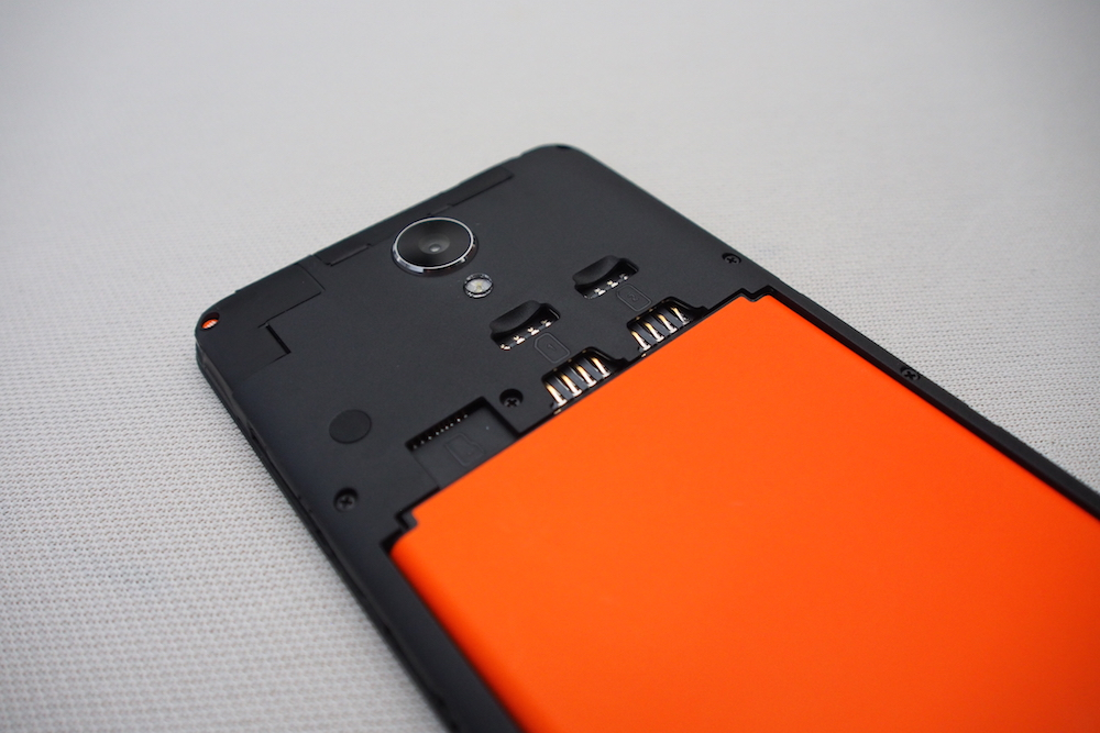 Two Micro-SIM slots are tucked behind the removable rear cover, together with an independent slot for the MicroSD external storage (up to 32GB).