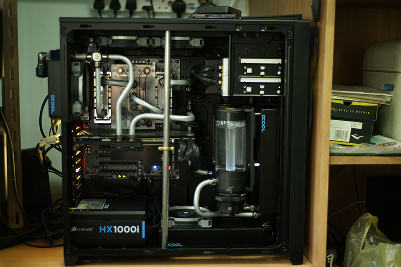 This is one understated watercooling rig. The opaque silver tubing is quite a staid departure from more brightly colored coolant options. Installed in this Corsair 750D chassis is an MSI X99A Gaming 7 motherboard, Intel Core i7-5820K processor, and MSI GeForce GTX 980 Gaming 4G graphics card. (Image Source: mtt10879)