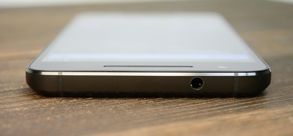 A look at a couple of the plastic antenna lines at the top, beside the headphone jack.