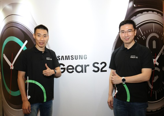 From L-R: Dato' Lee Chong Wei, national badminton champion and Samsung brand ambassador; and Lee Jui Siang, Vice President of Mobile, IT and Digital Imaging of Samsung Malaysia Electronics encouraging fans to start their New Year's resolutions early with the Gear S2. <br> Image source: Samsung.