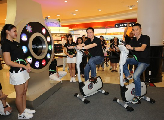 Lee Jui Siang and Dato' Lee Chong Wei lighting up the life-sized Gear S2 display during the roadshow at Sunway Pyramid. <br> Image source: Samsung.