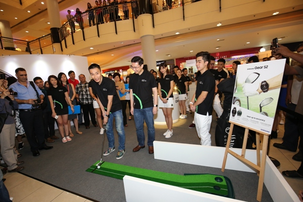 Dato' Lee Chong Wei teeing off the first round, kick starting the Gear S2 mini golf challenge. <br> Image source: Samsung.