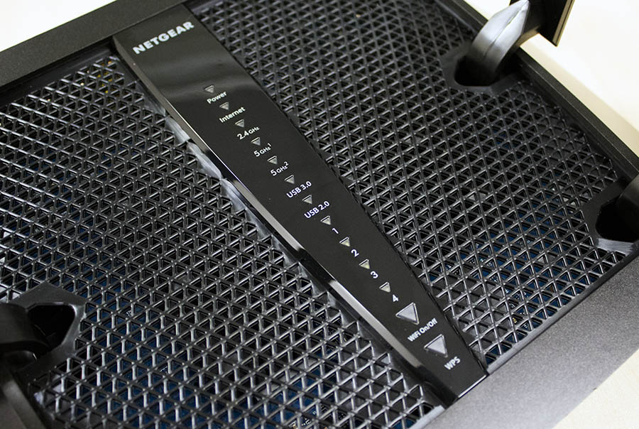 A column of LED indicators let users quickly check on the router's operating status.