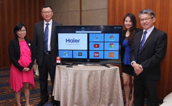 From L-R: Shi Zhiyuan, Managing Director, of Haier Electrical Appliance (M) Sdn Bhd (2nd from left); and Soo Ze Xin, Product Manager, Haier Electrical Appliances (M) Sdn Bhd (2nd from right).